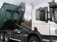 camion benne entrain de décharger